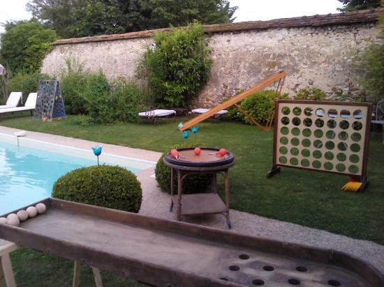 Jeux géants au bord de la piscine